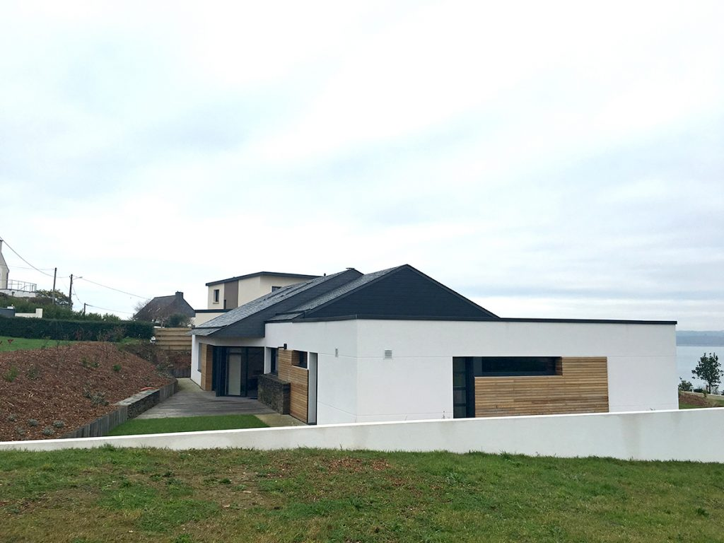 Maison neuve à Carantec avec du bardage en clin laqué et liteau de red cedar
