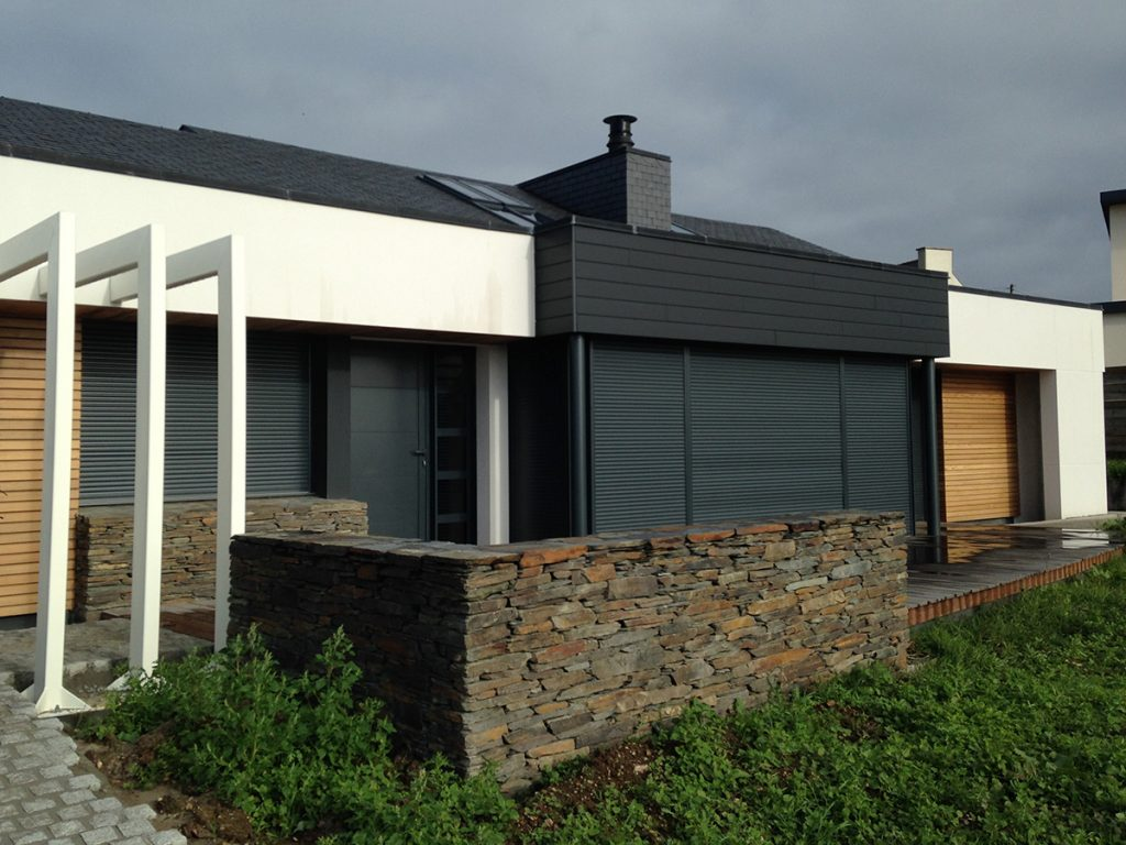 La Maison Du Bâtiment a installé un habillage en pierre de schiste avec pose pierre sèche.