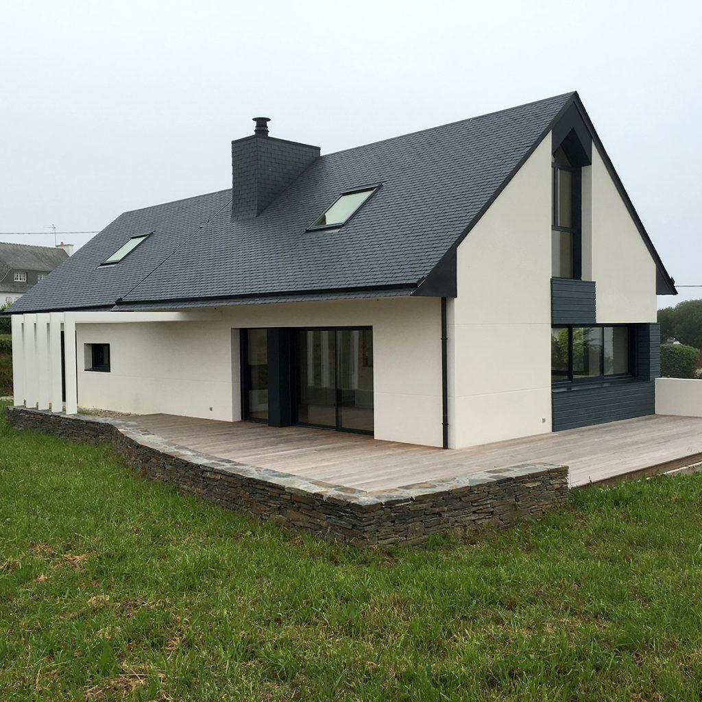 La maison est en murs aggloméré de ciment et est composé de plancher béton
