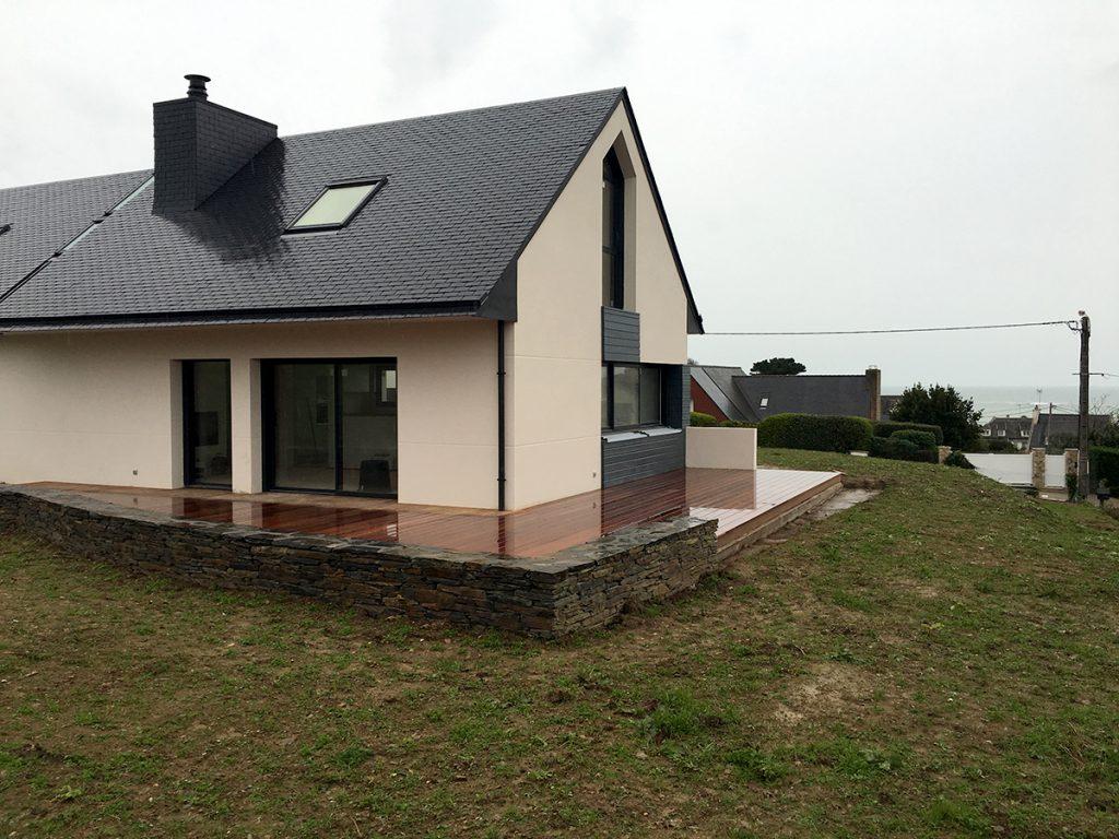 Maison neuve à Locquirec avec un habillage en pierre de schiste pose pierre sèche autour de la terrasse en Bois exotique Cumaru