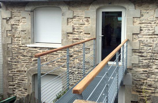 La Maison Du Bâtiment a construit une parcelle en acier galvanisé pour accéder à une porte.