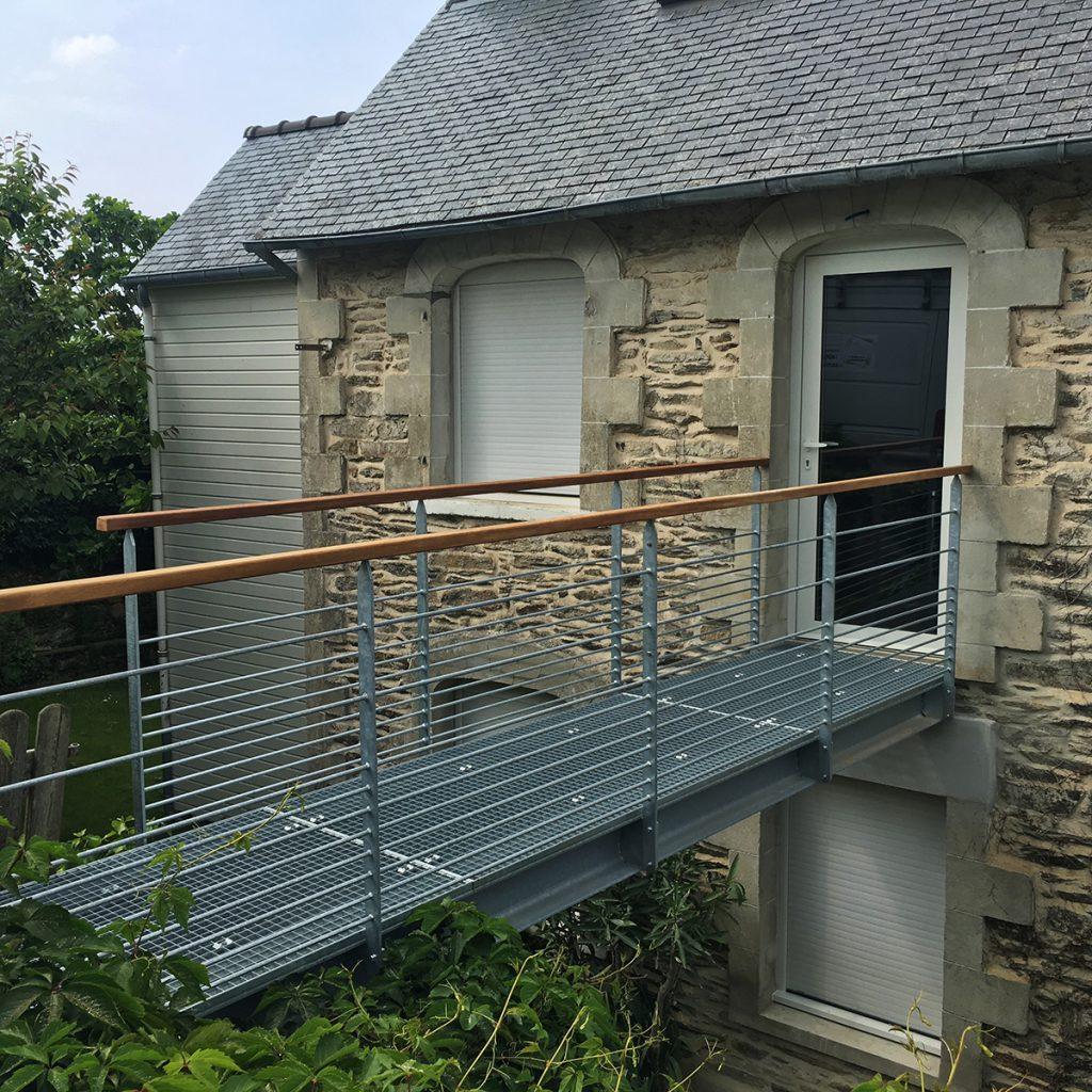 La Maison Du Batiment a transformé une fenêtre et créer une passerelle en acier galvanisé pour y accéder