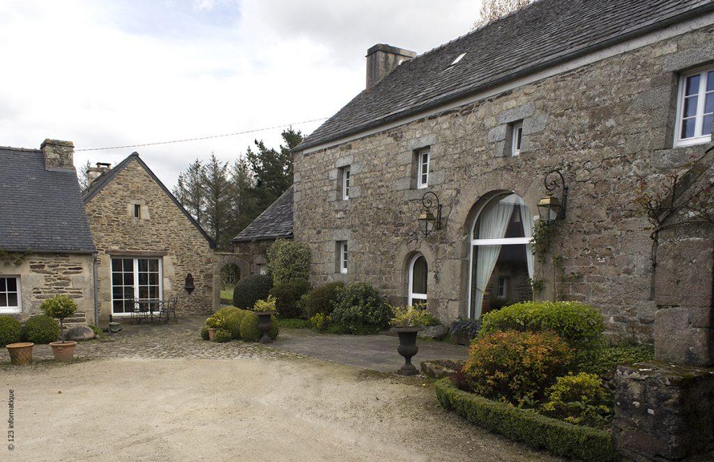La création de baies vitrées apporte de la lumière dans des habitations traditionnelles en pierre