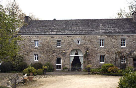 Rénovation d'une maison traditionnelle en pierre Plougonven avec menuiserie en PVC.