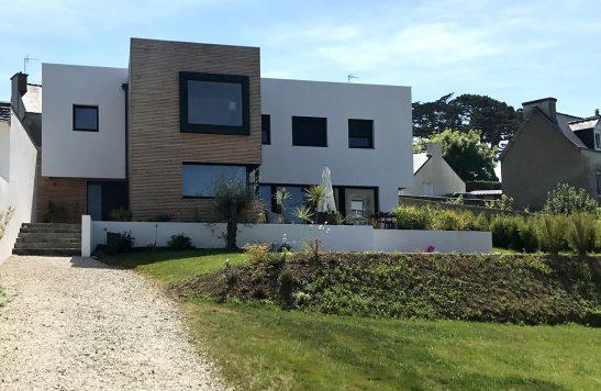 Construction d'une maison neuve à Carantec avec bardage en liteau de douglas.