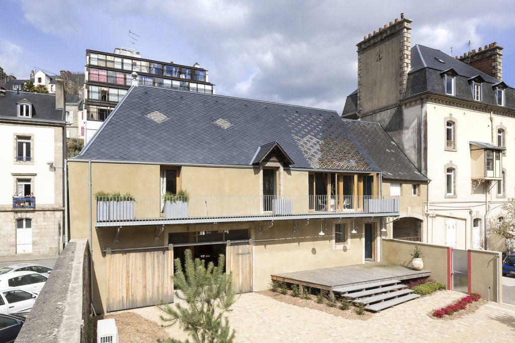 La menuiserie extérieure de cette rénovation a été faites en bois.