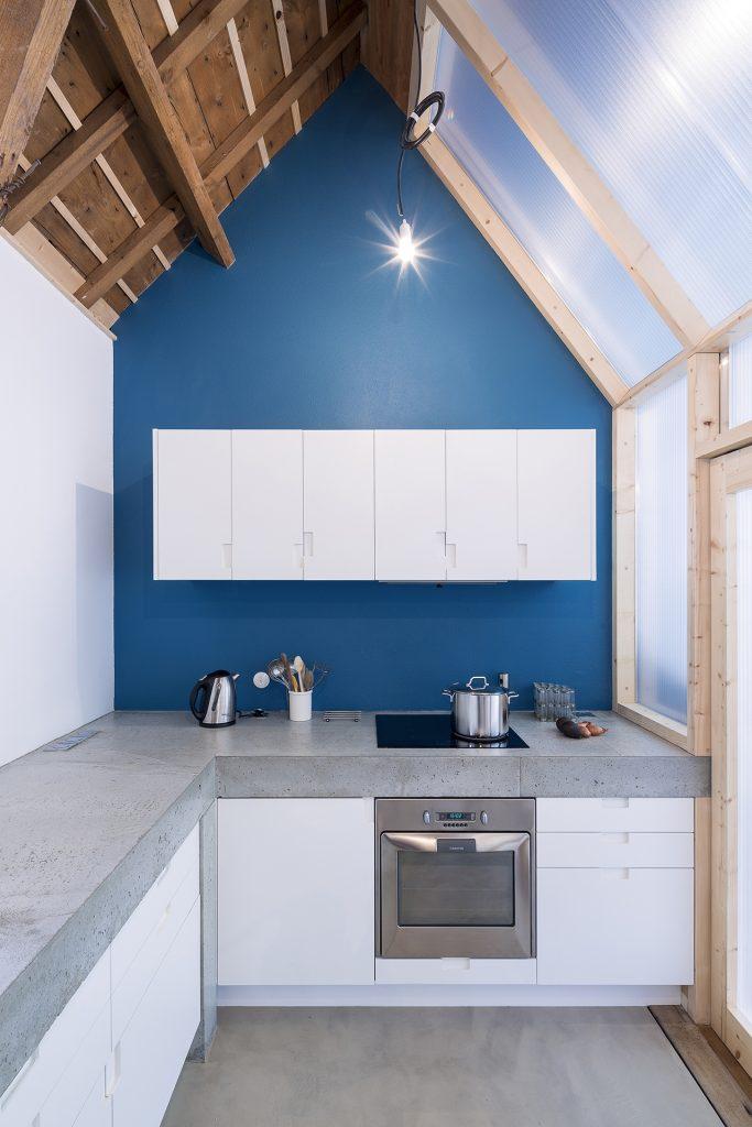 La Maison du Bâtiment propose de l'aménagement intérieur comme ce plan de travail de cuisine en béton.