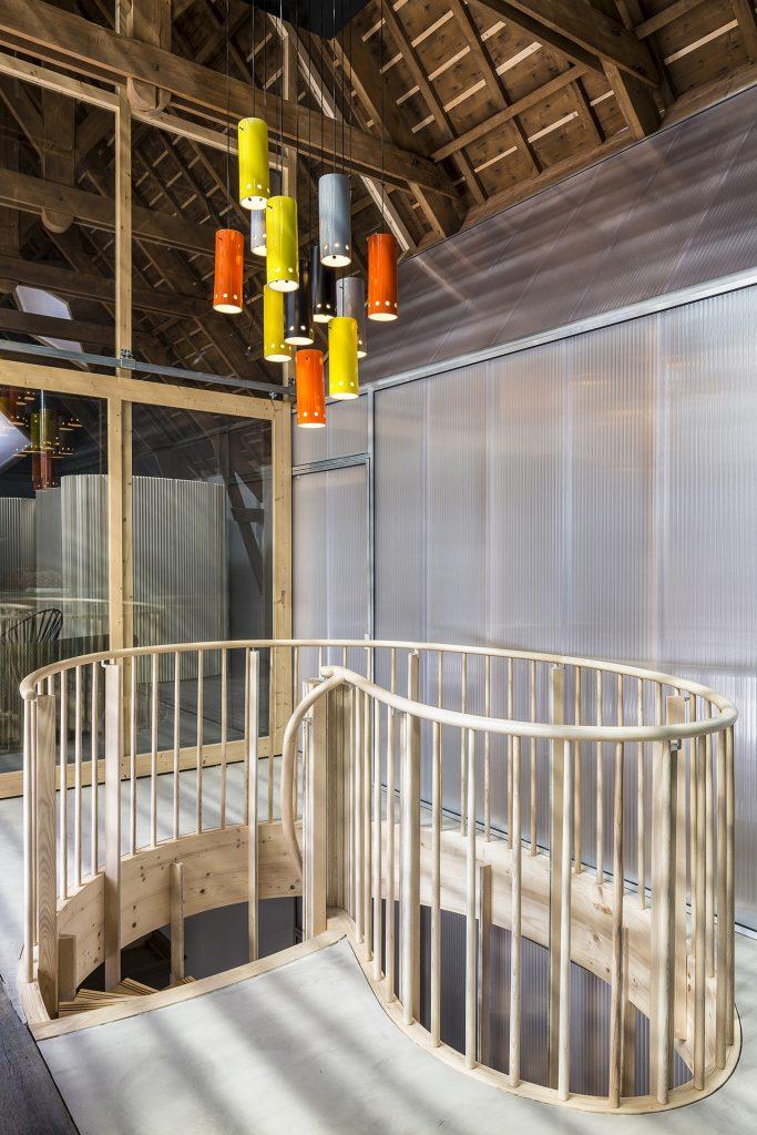 Des verrières en polycarbonate apporte de la lumière à l'entieure de l'enceinte rénovée.